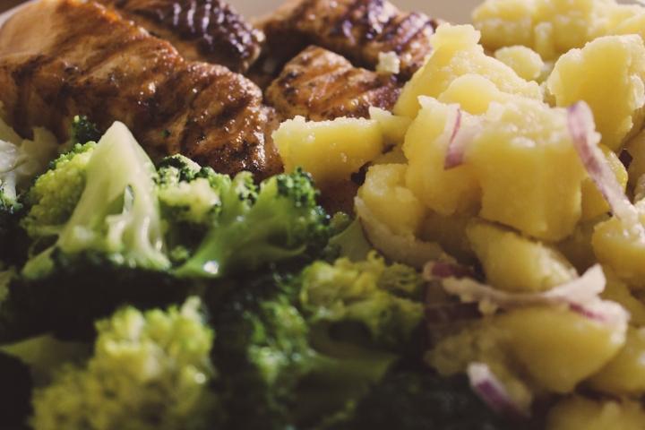 Сьомгова пъстърва с картофена салата и печениброколи